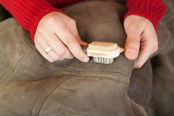 Как почистить замшевую обувь в домашних условиях светлую от грязи, пятен, пыли внутри и снаружи