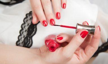 Беременная красит ногти