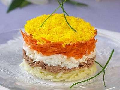 Салат с консервой и сыром