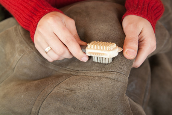 Как почистить замшевую обувь от соли