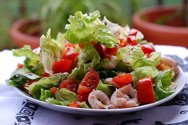 Салат с креветками и помидорами черри и сыром