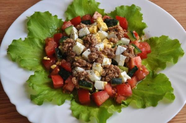 Салат с тунцом и огурцом и яйцом